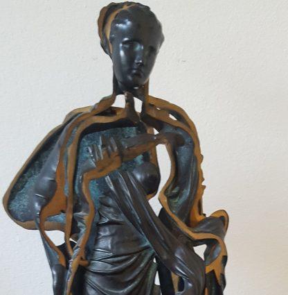 Arman femme drappe - kunstadvies